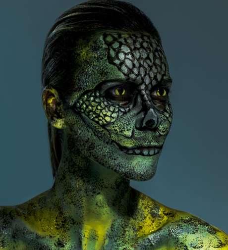 Renata Kuerten como iguana (Fotos: Jacques Dequeker/Divulgação)