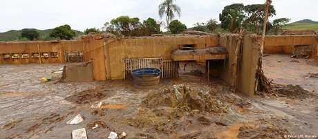 Lama cobre escola em vilarejo de Bento Rodrigues após rompimento de barragem