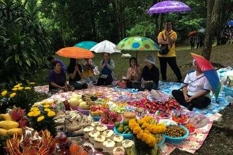Familiares oram diante de oferendas em caverna Tham Luang, onde 13 adolescentes estão presos, em Chiang Rai 25/06/2018 REUTERS/Stringer