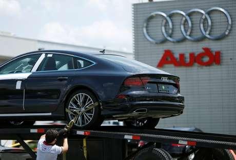Homem descarrega Audi A7 em concessionária em Silver Spring, Maryland, EUA 01/06/2016 REUTERS/Gary Cameron