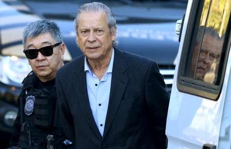 Ex-ministro José Dirceu sendo preso em 2015; ele foi solto neste ano por ordem do STF