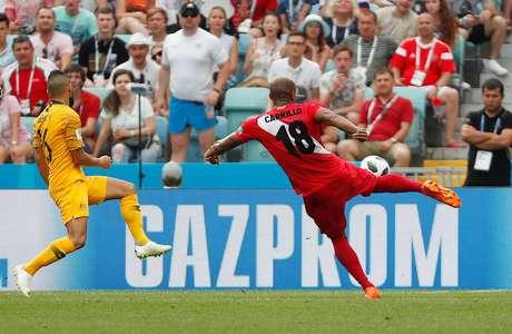 Carillo fez um belo gol de voleio e abriu o placar contra a Austrália em Sochi