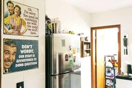 3. Cozinha com parede decorada de quadros vintage. Projeto de Casa Aberta