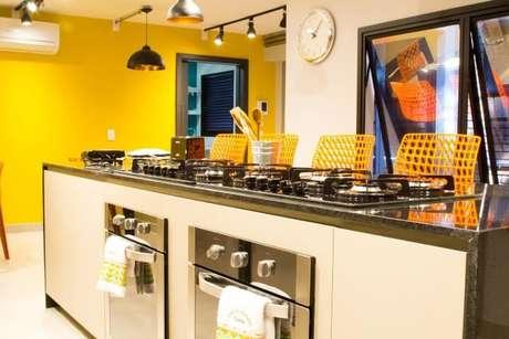 2. Cozinha gourmet com cores quentes. Projeto de Abreu Coimbra Arquitetura
