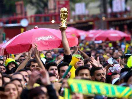 Torcedores acompanham jogo do Brasil na Copa dos telões do Arena N1, no Vale do Anhangabaú