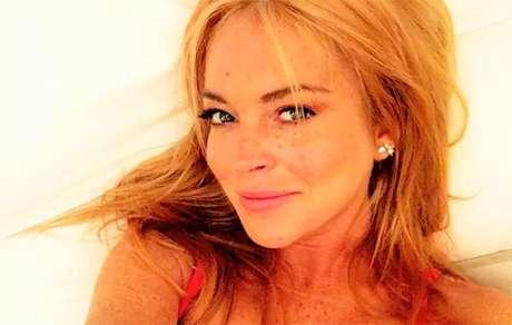 Lindsay Lohan promove seu novo clube de praia na Grecia
