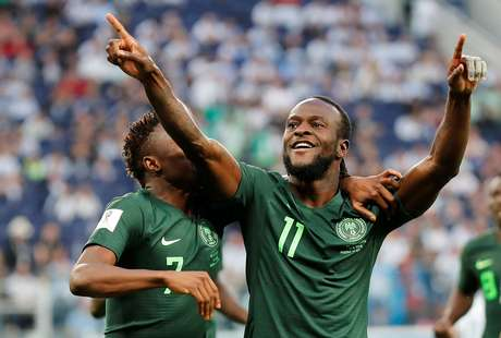Moses e Musa comemoram gol da Nigéria