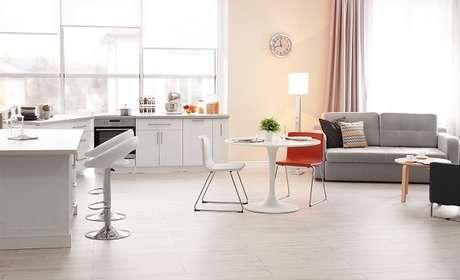 4- Móveis e bancadas complementam a decoração do ambiente.