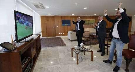 Em foto divulgada pela Presidência, o presidente Michel Temer e os ministros Eliseu Padilha (Casa Civil) e Gustavo Rocha (Direitos Humanos) comemoram o gol de Thiago Silva
