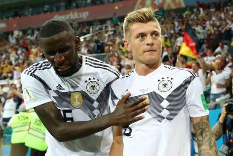 Antonio Rudiger (esquerda) cumprimenta Toni Kroos, autor do gol da vitória alemã contra a Suécia