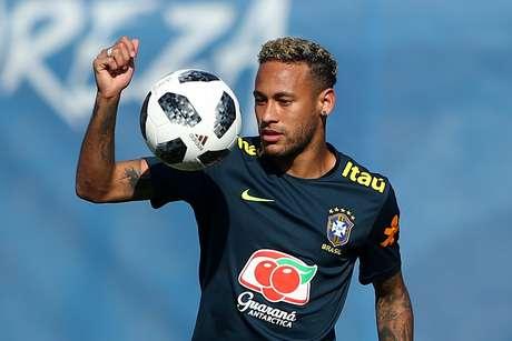Neymar treina com bola na Rússia