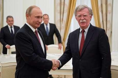 Presidente da Rússia, Vladimir Putin, cumprimenta assessor de Segurança Nacional dos Estados Unidos, John Bolton, em Moscou 27/06/2018 Alexander Zemlianichenko/Pool via REUTERS