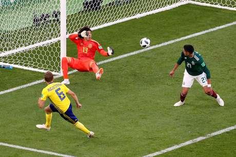 O primeiro gol da Suécia: Ochoa não teve chances no chute de Augustinsson