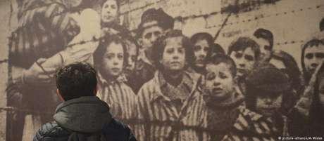 Visitante observa painel da exposição permanente no campo de concentração de Auschwitz, na Polônia