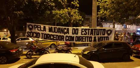 Faixa de protesto foi colocada na frente da sede do clube (Reprodução Internet)