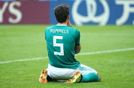 O zagueiro Mats Hummels parece não acreditar na eliminação precoce da Alemanha