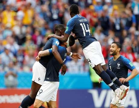 Jogadores franceses comemoram gol contra a Austrália, na fase de grupos da Copa da Rússia