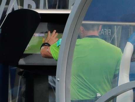 Árbitro Joel Aguilar revê lance no vídeo e marca pênalti para a Suécia contra a Coreia do Sul