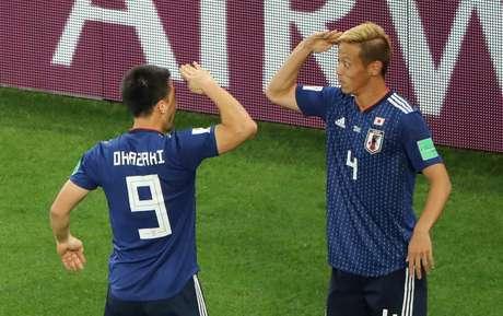 Honda comemora gol com Okazaki contra Senegal