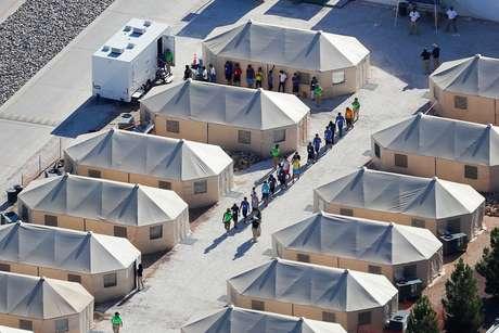 Acampamento montado para imigrantes nos EUA após a política de tolerância zero do governo local