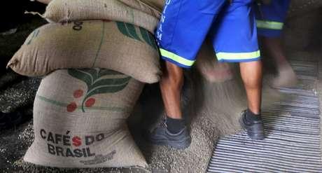 Trabalhadores descarregam sacas de café em armazém no Porto de Santos, Brasil 10/12/2015 REUTERS/Paulo Whitaker