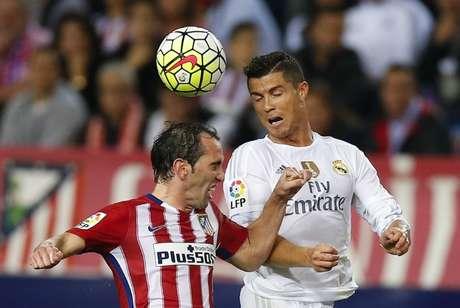 Godín e Cristiano Ronaldo disputam bola em partida do Campeonato Espanhol 04/10/2015  REUTERS/Sergio Perez