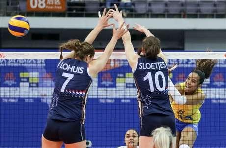 A Seleção Brasileira de vôlei feminino venceu a Holanda por 3 sets a 0, com parciais de 25/16, 25/17 e 25/23