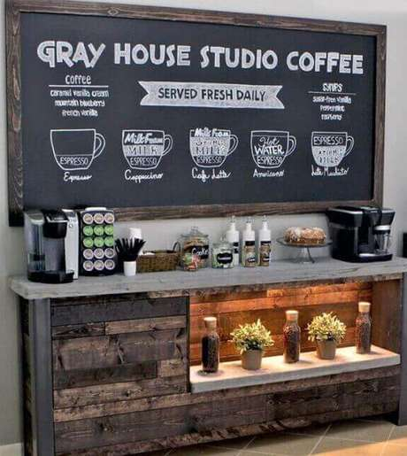 33- Decoração de cantinho de café com lousa e aparador.