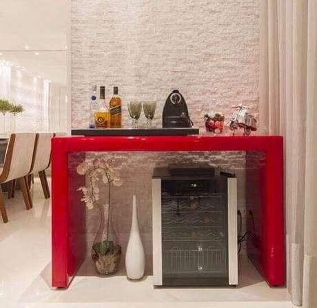 26 – Aparador na cor vermelha para sala de jantar.