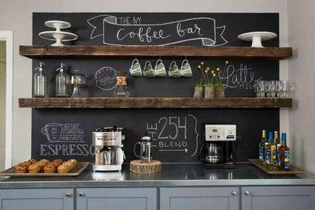 25 – Cantinho de café com lousa para espaços grandes.