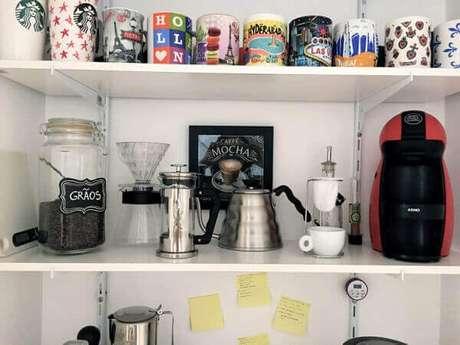 39 – Cantinho do café montado em prateleiras.
