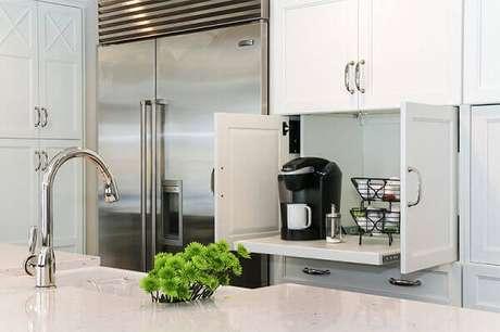 6- Cantinho do café na cozinha dentro do armário com base deslizante.