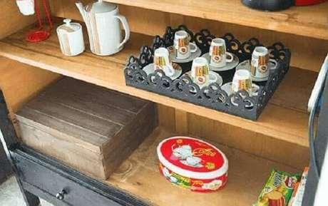 30 – Aparador de madeira com prateleiras.