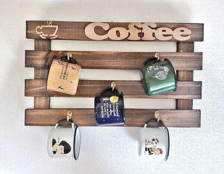 21 – Decoração cantinho do café com canequinhas de metal coloridas penduradas.