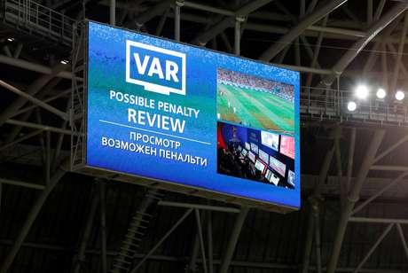 Telão de estádio da Copa mostra a possibilidade de marcação de pênalti na partida entre Irã e Portugal