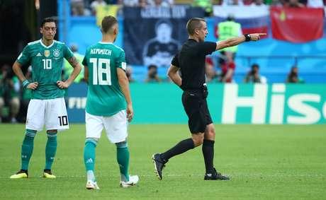 Juiz confirma gol da Coreia do Sul contra a Alemanha após rever lance no vídeo