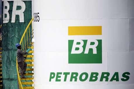 Funcionário pinta tanque da Petrobras em Brasília 30/09/2015 REUTERS/Ueslei Marcelino