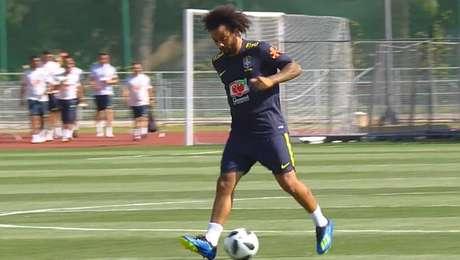 Marcelo participa do treino da seleção em Samara, local da partida diante do México