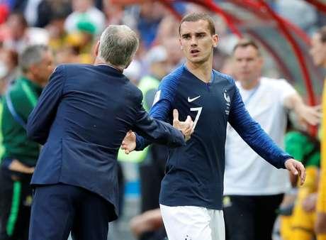 Griezmann cumprimenta o técnico Didier Deschamps