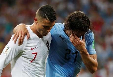 Cavani deixa o campo amparado por Cristiano Ronaldo 30/06/2018 REUTERS/Jorge Silva