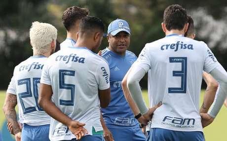 Roger conversa com os jogadores durante treino do Palmeiras, na Academia de Futebol (Foto: Cesar Greco)