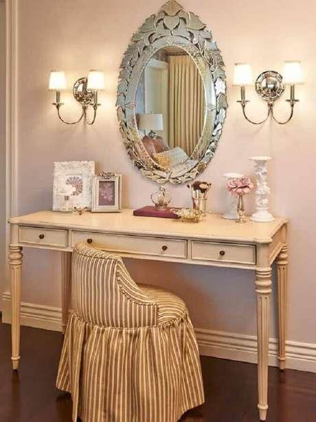 11. O penteadeira com espelho todo detalhado dá um charme especial para a decoração