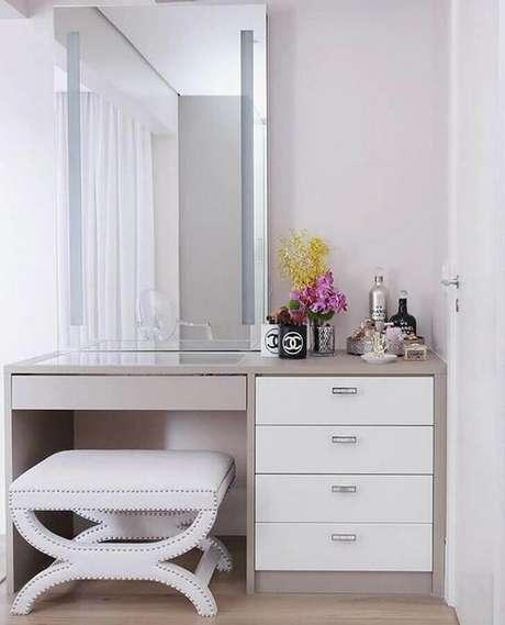 13. Decoração clean com penteadeira simples com espelho grande