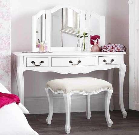 14. Modelo de penteadeira branca com estilo provençal, perfeito para quarto com estilo romântico