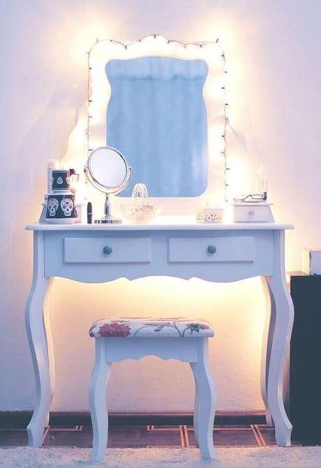 15. Decoração com penteadeira com espelho iluminado por pisca pisca