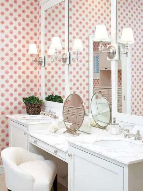 17. O banheiro também pode receber uma penteadeira com espelho para incrementar sua decoração