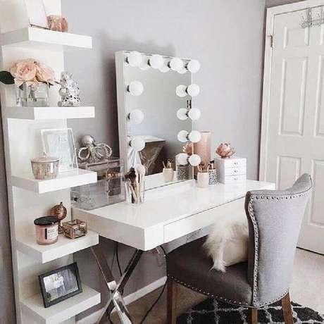 18. O modelo da poltrona na penteadeira com espelho também pode ajudar na composição da decoração