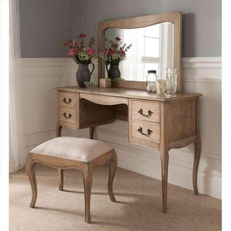 19. A madeira na penteadeira com espelho deu um toque rústico para a decoração clássica
