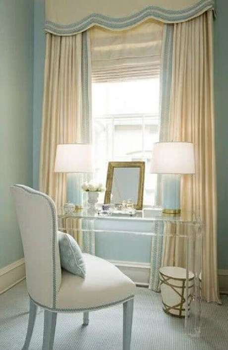 26. O acrílico da penteadeira com espelho deu um toque moderna para a decoração com estilo clássico