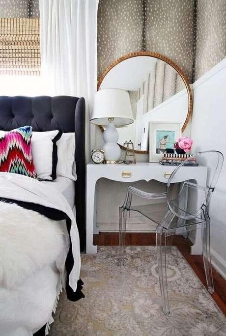 29. Decoração para quarto com penteadeira branca pequena com espelho redondo dourado e cadeira de acrílico